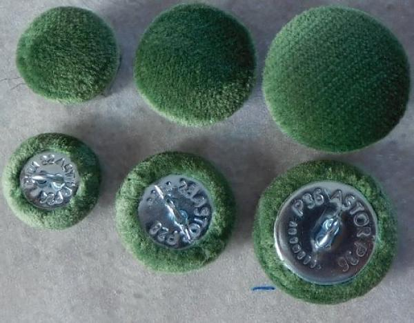 Cushion buttons microfibre grass